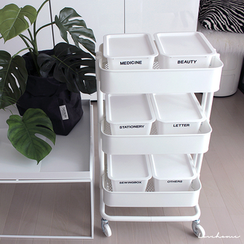 仕事の書類や手紙、文房具などは、分類用のボックスを置いてタグをつけて管理。大切なものを一箇所にまとめて、必要な時に使いたい場所に設置。 移動できるサイドテーブルとして、忙しいビジネスウーマンにおすすめの活用法です。