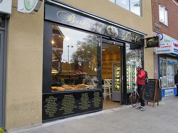 そこで今回は、そんな本場フランスでのスタイルを参考に、パンの王道《フランスパン》の美味しい食べ方について学んでみましょう。近年は⽇本でも本格的なフランスパンを楽しめるお店が増えたので、ぜひ、毎日の食卓に取り入れてみてください。
