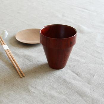 こちらのカップはその名の通り、いくつも重ねて収納できる漆器のスタッキングカップ。我戸幹男商店の高度なろくろ挽き技術によって作られ、漆ならではの美しい艶と、木の優しい風合いが楽しめます。シンプルなデザインなので和食器にも洋食器にも馴染みやすく、普段使いからおもてなしまで、幅広いシーンに使用できます。