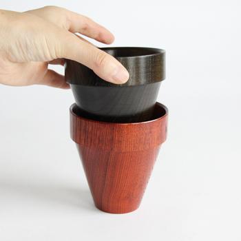 カップの縁が厚く作られているので、重ねても倒れにくく、なおかつ持ちやすい形状になっているのもポイントです。カラーは黒と赤の2色が展開されており、どちらも拭き漆独特の光沢と、ケヤキの素朴でナチュラルな質感が楽しめます。口触りも手触りも優しい上質な漆器のカップは、手に取るだけでちょっぴり贅沢な気分が味わえますよ♪