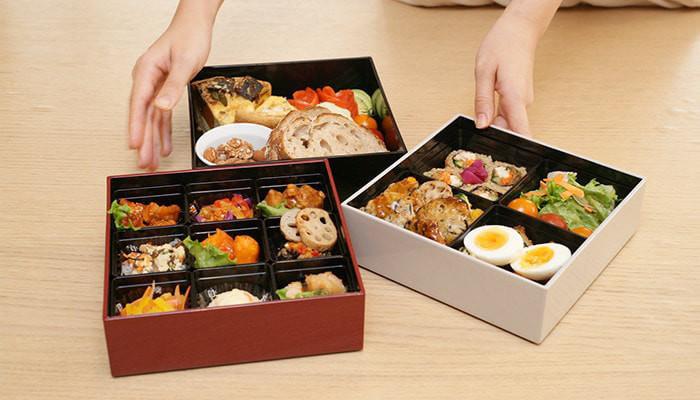 さらにこちらの重箱の大きな特徴は、料理を小分けにできる「仕切りカップ」が付いていることです。重箱内をブロックごとに分けて盛り付けられるので、料理の色移りや味移りなどを防ぐのに役立ちます。重箱は大・小ともに1段から購入可能なので、好きな色を組み合わせて自由にコーディネートできるのも魅力。見た目にも実用性にもこだわったモダンな重箱は、日々の食卓をより楽しく華やかに演出してくれそうです。