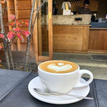 京都では珍しい、浅煎りメインの自家焙煎のコーヒー豆を丁寧にドリップ。気に入ったコーヒー豆は、100g単位で購入もできるので、お土産にもなります。