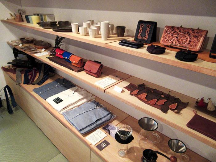 お店の奥の和室では、職人が作った雑貨や器、シャツなど「こだわりの暮らしの道具」を展示販売しています。コーヒーを飲んだ後に、寄ってみるのもいいですね。