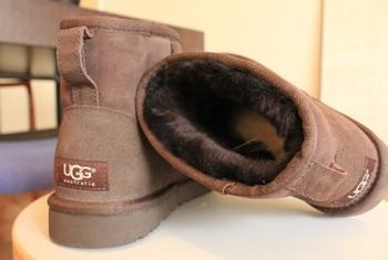 底冷えする寒い日に手放せないムートンブーツ。ヒールが無いので足元が安定し雪道も安心。丈夫でヘタりにくいハードなソールやアッパー。履いているうちにアッパー部分が潰れていくことなく、美しい形状を保ちます。
