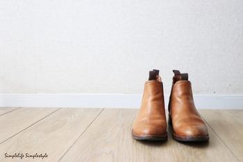 お手持ちの洋服に合わせやすく長く履けるようなシンプルなデザインを選びましょう。革の靴やブーツはお手入れするほどにきれいになり、経年変化によって革が自分の足の型にしっかりと馴染んでくるので、育てがいのあるアイテムです。
