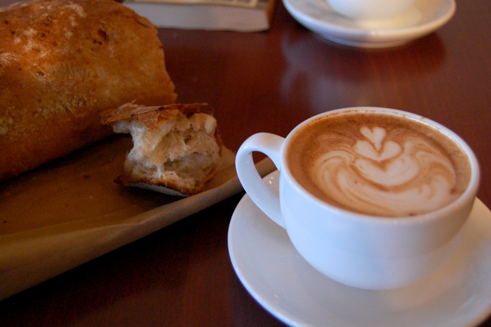 フランスなどのヨーロッパ諸国とって「パン」は、切っても切り離せない大事な主食。そのため街のいたるところにパン屋さんがあり、いつでもパンが⾷べられる環境となっています。