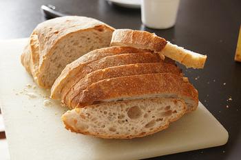 あくまでフランスパンは長期保存に適したものではないので、まとめ買いせず、できれば買ったその日のうち、あるいは2日間程度で食べきれる量を楽しむのがベスト。それでもすぐに食べきれないというとき、なるべく早く密閉できる保存袋に入れ、冷凍するとよいでしょう。