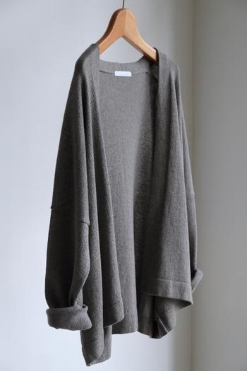 ヤクウール×綿素材のカーディガンは、身幅がたっぷりで、デザインと女性らしい柔らかなシルエットが魅力的な一枚。秋口にはカットソーやブラウスの上から軽く羽織ったり、これからの季節はコートのインナーとしても活躍しそう。