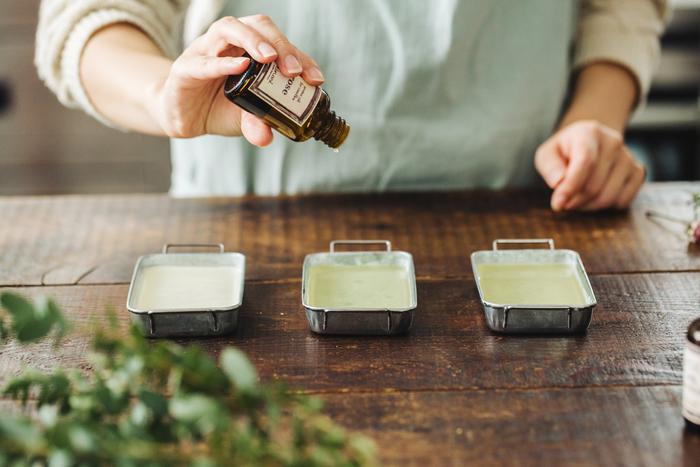 ③一種、または好みに調合しておいたアロマオイルを垂らし、ピンセットなどでかき混ぜて馴染ませます。