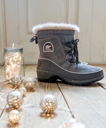 冬の寒さをもろともしないウインターブーツのソレル。なめらかなファーが冷気の侵入を防ぎ、中はフリース仕様でやさしい履き心地。足の指先までしっかり保温してくれる高機能中綿が使用されています。