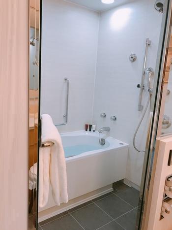 すべてのお部屋のバスルームは、ホテルにありがちなシャワーと浴槽が一体になったタイプではなく、浴槽とは別に洗い場がついているのが日本人の私たちには嬉しいポイント◎