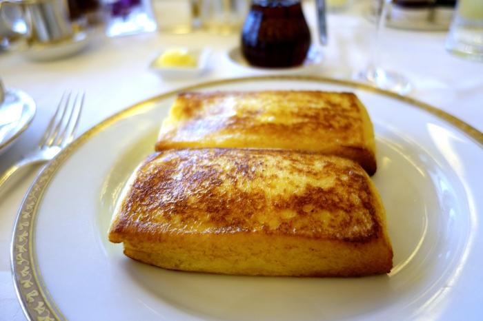 有名なフレンチトーストはレストラン「ラ・ベル・エポック」で食べることができますが、24時間漬け込んでおかなければならないという事情から数量限定で作っているため、あっという間に売り切れてしまうのだそう。  弾力があってとっても美味しそう!朝食が楽しみなのもホテル滞在ならではですよね。