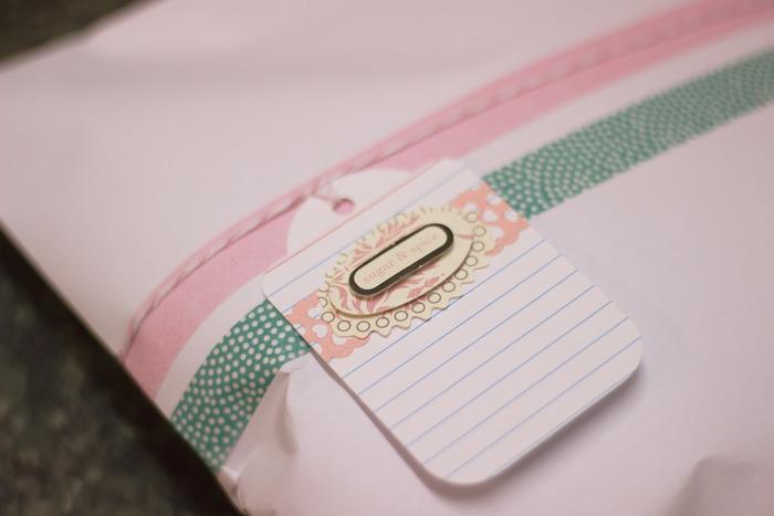 小さなカードにも一手間かけるととても素敵です。色合わせなどで頭を悩ませながらも、相手の喜ぶ顔を思い浮かべて作りたくなりますね。