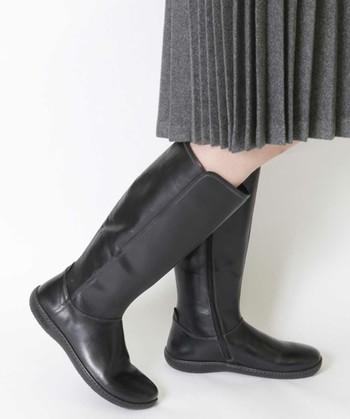 履くほどに自分の足の形状に合わせて変化し、馴染み良くなっていくビルケンシュトック。サンダルだけでなく靴やブーツ、ルームシューズなど幅広いアイテムが揃っています。こちらは、光沢のある艶感が美しいシンプルなブーツ。わりと細身なのでスカートはもちろんガウチョパンツやスカンツも上品に見せてくれそう。
