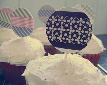 カップケーキをカラフルに彩るのもマスキングテープ!パーティーを楽しく盛り上げてくれそうですね。