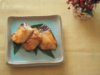 出世魚のブリは、縁起のいい食材の一つ。照り焼きなら特別な材料がいらず、いつものおかず感覚で手軽に作れます。濃いめの味つけで、冷めてもおいしいですよ。