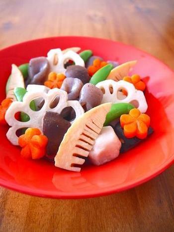 出汁をとらなくてもOK!白だしだけで煮る、煮しめのレシピです。一手間かけて野菜を飾り切りすることで、祝いの席らしい華やかな一品になります。