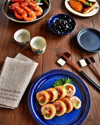 パックのまま豚薄切り肉に下味をつけ、レンジで火を通した野菜と一緒に巻き込んでオーブンで焼くだけ!華やかな見た目に反して、簡単に作れるお役立ちレシピです。
