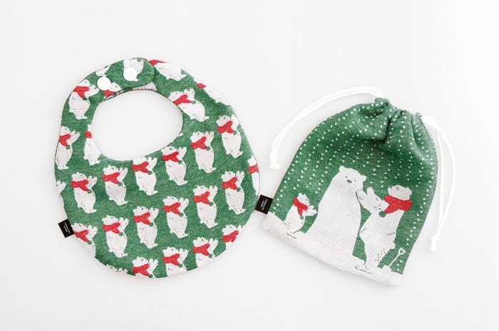 シロクマ親子冬の物語もベビーサンタクロースキットと同じ播州織で、赤ちゃんに安心な生地です。播州織ならではの糸の織りなす色合いに奥行きがあり素敵。 スタイも巾着もリバーシブルとなっており、4面でひとつのストーリーとして楽しめます。シロクマ親子のやさしい表情に和みますね。