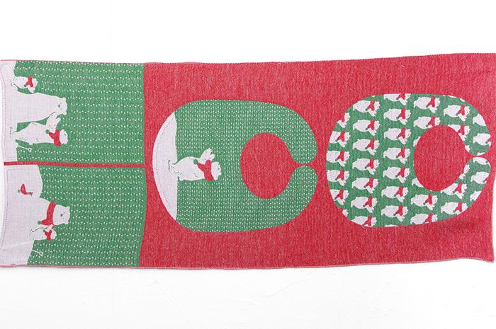 生地を広げた状態がこちら。クリスマスらしい赤と緑のカラーに、手作りする時間もクリスマス気分が盛り上がりますね。余った赤い布でリボン飾りやくるみボタン、小さなシュシュも作れそう。