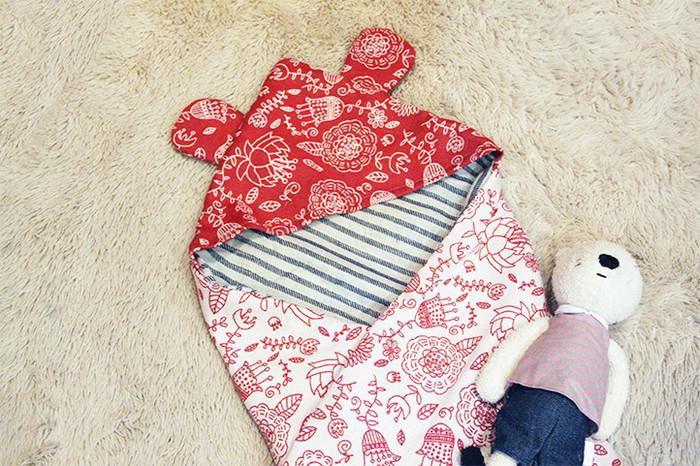 寒い季節は温かいおくるみで、赤ちゃんをやさしく包んであげたいですね。サイズは大きくなりますが、おくるみの手作りも、そんなにむずかしくないんですよ。スタイとお揃いの絵柄で合わせてもかわいいので、ぜひ手作りしてみてくださいね。