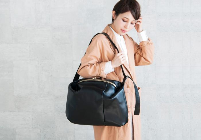 高さ・幅・底マチがたっぷりとあり、たっぷりとした容量大のバッグです。立体的な形はスタイリッシュでモダンな印象。そこに大きながま口を付けることでグッとクラシカルに。