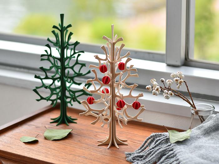 「クリスマスツリーは飾りたいけれど、さり気なくオシャレなものがいい…」そんなあなたにおすすめなのがこちら。フィンランドからやってきた、白樺の木でできたクリスマスツリーとオーナメントミニボール。ナチュラルな温もりあふれるツリーが、お部屋を優しく彩ってくれます。シンプルなのでオーナメント無しで一年中飾っておけるのもうれしい。