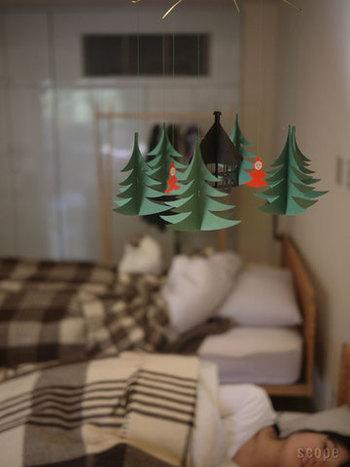 こちらはクリスマスツリーのモビール。ゆらゆら揺れるツリーをぼんやり見上げるのも、なんだかメルヘンチックで楽しい。よく見ると、赤頭巾をかぶった2人の妖精が!子供部屋のクリスマスデコレーションとしてもおすすめです。