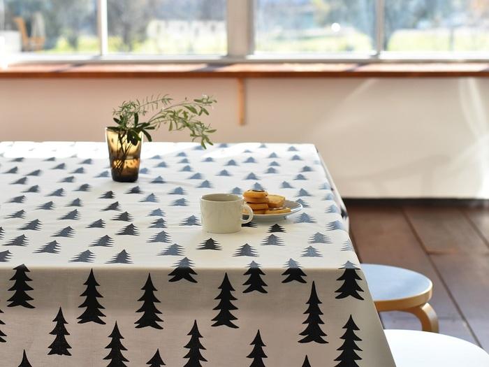 インテリアにモミの木柄を取り入れるのも、シックでオシャレな楽しみ方。たくさんのモミの木が描かれたこちらのファブリックは、スウェーデンのブランド「Fine Little Day(ファインリトルデイ)」のもの。ブラックのみのシンプルなデザインで、大人っぽくクリスマスムードを演出できます。コーティング加工が施された撥水生地で使い勝手も◎。