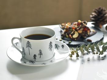 ラフに描かれたモミの木が優しいティータイムを演出する、スウェーデン生まれのカップ&ソーサー。お気に入りのホットドリンクを飲みながら、のんびりとクリスマスを待ちわびるのもいいものです。  カップは幅広のフォルムと華奢な持ち手のバランスが絶妙にオシャレ。ソーサーは、ケーキやお菓子をのせたり取り皿にしたりと、プレートとしても大活躍してくれます。