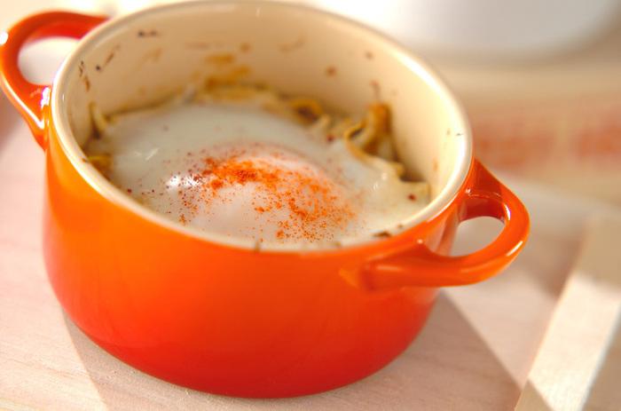 もやしと卵と調味料があればできるお手軽レシピ。みそやマヨネーズの味付けと卵の相性がポイントです。仕上げのパプリカが色合いのアクセントに♪