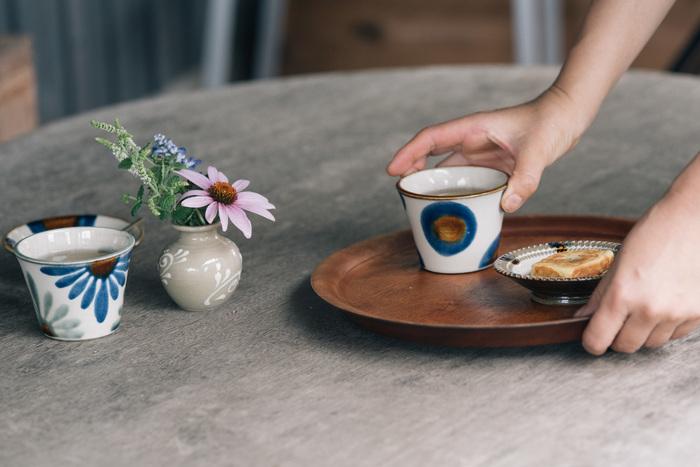 育陶園の蕎麦猪口のデザインは、円と青釉菊文(あおぐすりきくもん)の2種類。沖縄の環境で作られる育陶園の蕎麦猪口は、どこか優しく温かみを感じられるのが魅力です。