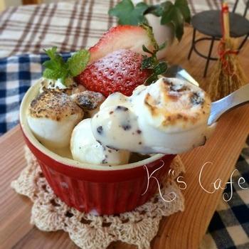 こちらはアイスとマシュマロで作るひんやりスイーツです。バーナーがない時には、焼いたマシュマロを盛り付けたアイスの上にトッピングするのも良いですね。フルーツやミントなどを飾ればよりおしゃれに♪