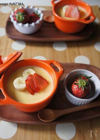プリンもストウブココットで作ると、一味違う味わいになるのだそう♪焼きプリンとはまた違ったおいしさを味わってみてください。フルーツを盛り付ければより豪華に!