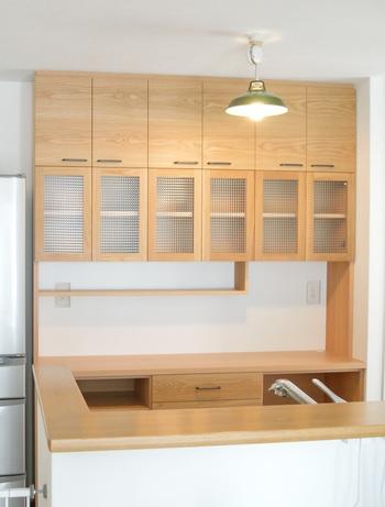 キッチンボードは女性が長く過ごす場所での必需品! どこに配置するのか収納はどれくらい必要かなど、じっくりと話し合って完成したというこちら。 奥様のご要望の大きめのホットプレートを収納するスペースを確保したそうです。