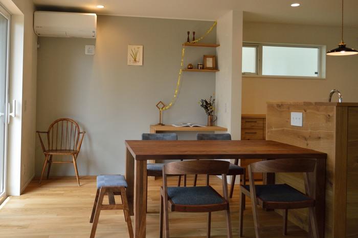 家族の人数や広さに合わせて設計されたダイニングテーブル&チェア。 こっくりとした木の色合いは、共に過ごすうちにもっと魅力的に変化してゆくでしょう。 みんなが自然と集まる場所になったのだとか。