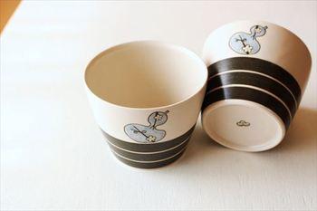 砥部焼は江戸時代に生まれ、現在も日本で高い人気を誇る焼き物の1つ。呉須(ごす)という藍色の顔料を使い、1つ1つ丁寧に柄を描くという方法で作られています。