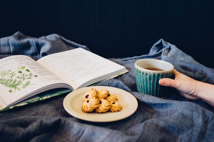 蕎麦猪口の活用方は、意外とたくさんあります。一番身近な使い方としては、お茶やコーヒー、紅茶などの飲み物を入れること。湯のみと同じくらいの大きさなので、ちょうど良い量のお茶をいただくことができます。朝食時やひと休憩したいときの一杯に、蕎麦猪口が使えますよ。