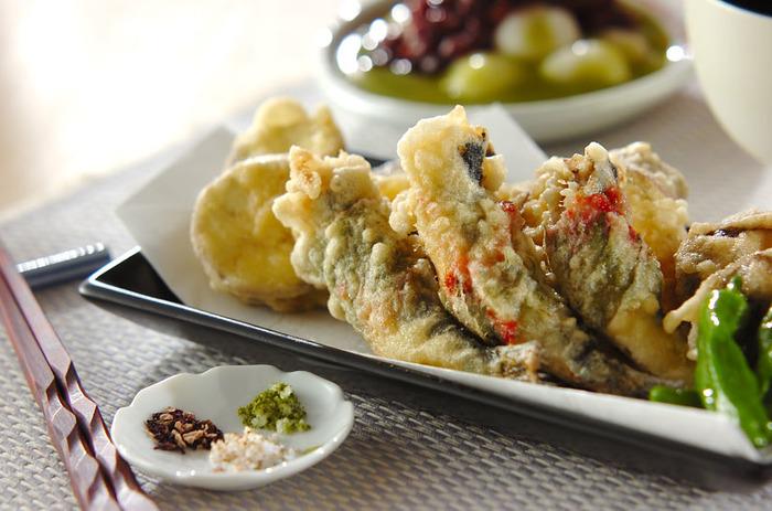 『イワシの天ぷら』  イワシに梅干しをぬって大葉を巻いたさわやかな風味。ひと手間かけた天ぷらは、バツグンのおいしさです。