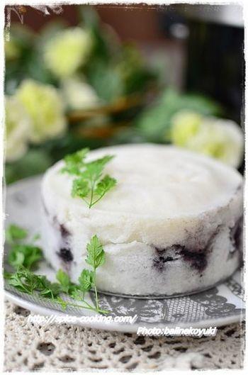『鹿児島のお菓子「かるかん」(圧力鍋使用)』  鹿児島のお土産として有名な「かるかん」。食感が面白くて印象に残るお菓子です。かるかんの定番は「こしあん」ですが、こちらはブルーベリージャムをいれたもの。