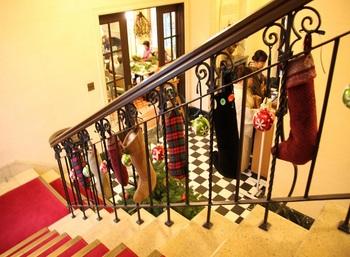 階段に下がっているのは、プレゼントがたくさん入りそうな大きな靴下!