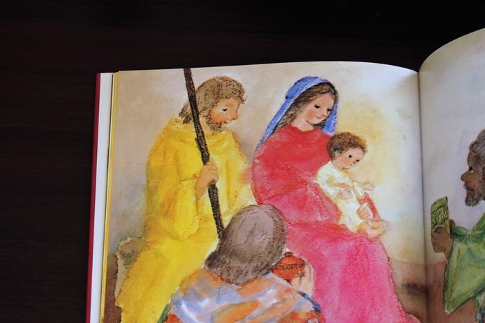マリア様に抱かれた小さな赤ちゃんのキリスト様がとても可愛いですね。クリスマスがどんな日なのか、実はよく知らないという人も多いものです。クリスマスには欠かせないお話はやはり大切にしたいですね。
