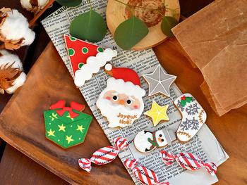 「美味しい」と「可愛い」が両方叶うアイシングクッキー。大阪・堀江にあるお菓子屋さん【Bouquet】と北欧生地と雑貨のお店「cortina(コルティーナ)」のコラボ商品です。  可愛いサンタさんをはじめ、小さな雪だるまやワクワクがいっぱい詰まったプレゼントBOXなど全部で7枚のクリスマスクッキーがセットに。クリスマスケーキのトッピングや、パーティを盛り上げるアイテムとして大活躍してくれます。プレゼントにも◎!バターが香るサクサクのクッキーに、レモンたっぷりの爽やかなアイシングで、甘いものが苦手な方にもおすすめです。