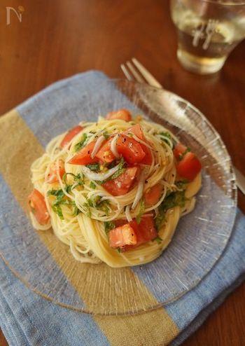 フレッシュトマトに大葉とシラスをプラス。カッペリーニ(細麺)を使った冷製パスタです。麺をゆでている間に野菜を切ればあとは和えるだけ。すりおろしのニンニクの風味と大葉のすっきりした味がとっても美味しい!