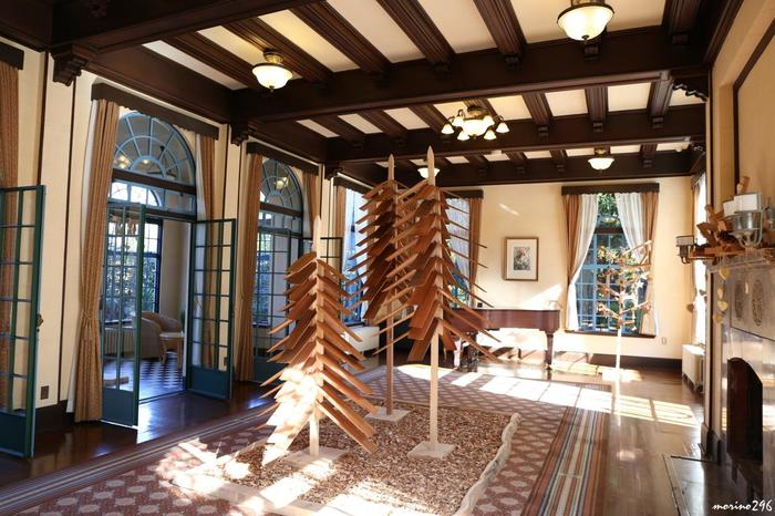 カナダ産のウッドチップから作られたcoolなクリスマスツリー。ツリーの後ろにあるグランドピアノでは、会期中、演奏が披露されることもあります。