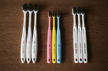 100年以上にわたり、お客様に愛され続けている「かなや刷子」。数ある商品の中でも最も売れているのが、「100万人の歯ブラシ」で知られるこちらの馬毛歯ブラシです。