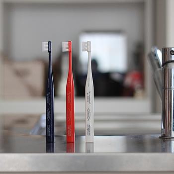 """「世の中の""""定番""""の基準値を引き上げていくこと」をコンセプトに、気持ちの良い日用品を提案し続けるブランド「THE」より、なんと水だけで磨けて、佇まいも美しい極上歯ブラシが登場。"""