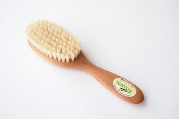 こちらはキッズ用のヘアブラシ。髪に優しい天然の豚毛と、ブナ材の柄でつくられています。50gとお子さんにも使いやすい軽さで、毎朝のヘアセットがラクラクできます。