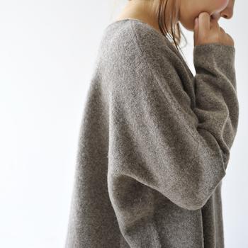 寒い季節にぴったりなヤクのお洋服は、冬の寒さから身を守ってくれる優秀アイテム。コートの下に一枚あるだけで、優しい暖かさに包まれます。寒い日のお出かけや、お部屋でくつろぐ時のお洋服として、お気に入りの一着を選んでみませんか?