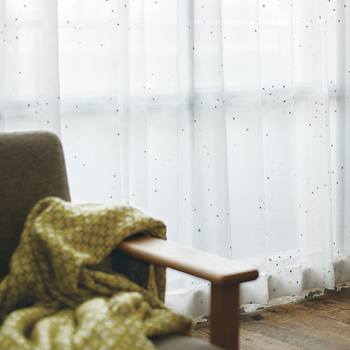 シルバーの刺繍で作られた小さい星がきらめくレースカーテン。控えめに12星座が散りばめられています。小さいサイズの星モチーフは、部屋のインテリアの顔、カーテンにも取り入れやすいですよ。